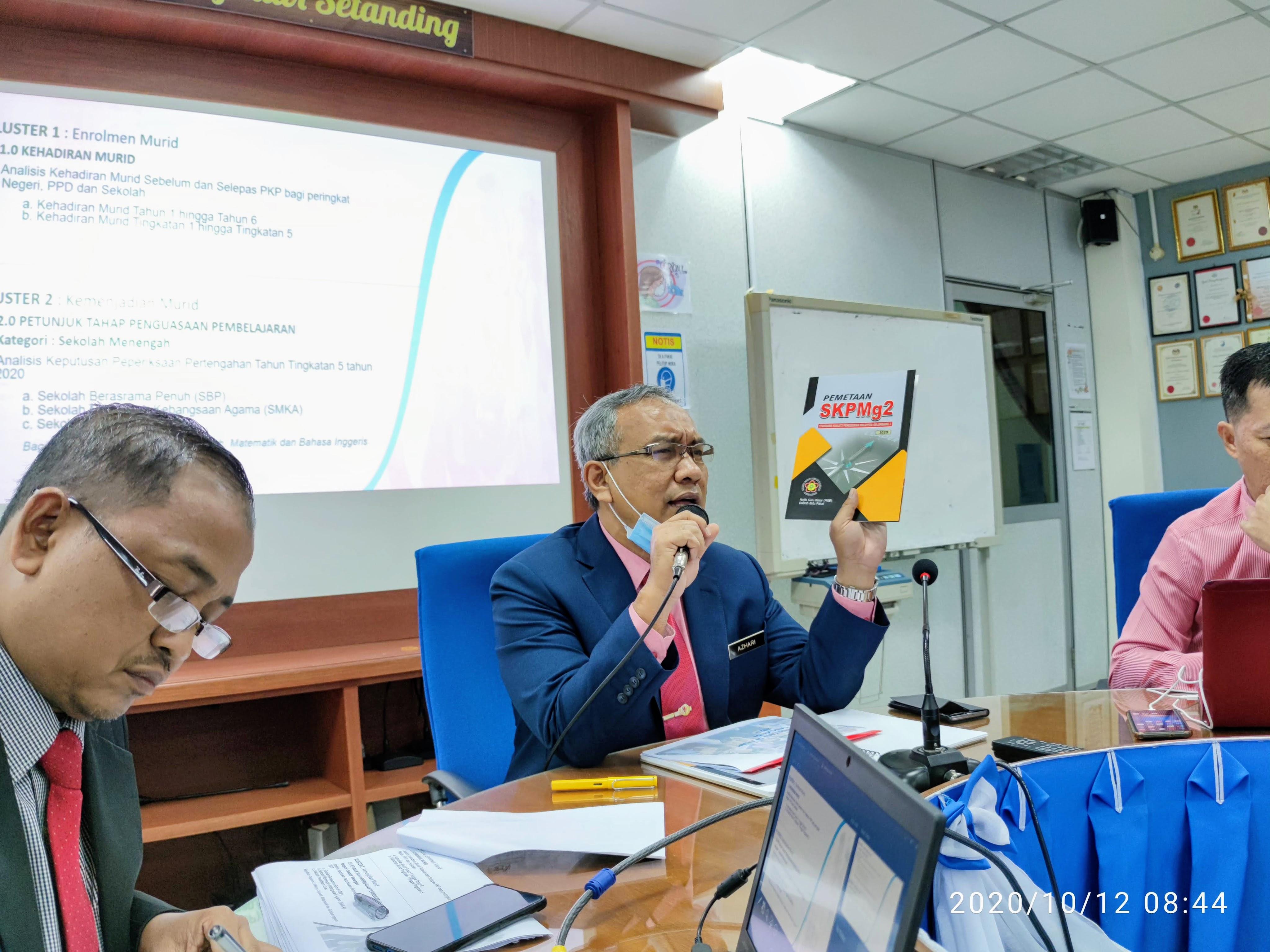 PPD menunjukkan Buku Panduan SKPMg2